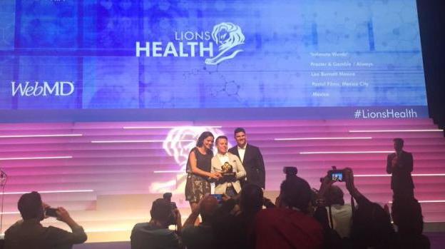 Recibieron este premio los creativos de Leo Burnett México, Emilio Solís, Hugo Muñoz y Ana Luna, quienes fueron acompañados por el CCO, Daniel Pérez Pallares. (Foto de Roastbrief)